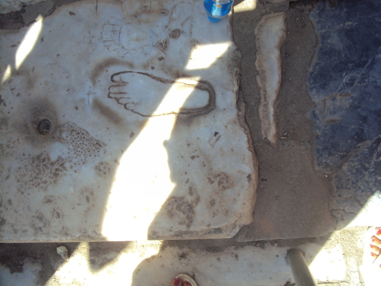 simbol care semnalizeaza intrarea intr-o casa de toleranta in Efes