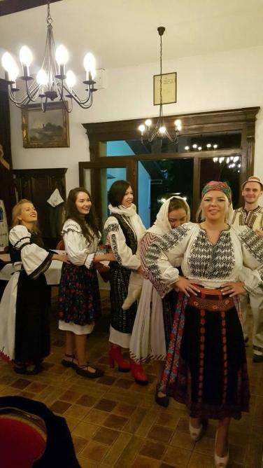dans romanesc traditional