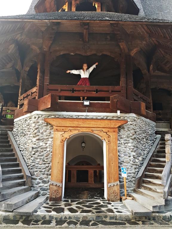 pridvor Manastirea Sapanta Peri