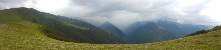 Varful Moldoveanu acoperit de nori