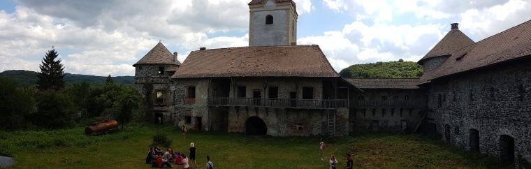 curtea castelului sukosd bethlen de la Racos