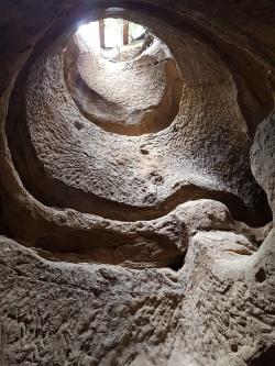 tunel prin care intra lumina la manastirea rupestra de la Sinca Veche