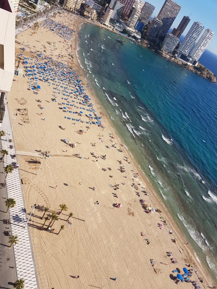 plaje in Benidorm Spania cu nisip fin ideala pentru copii,