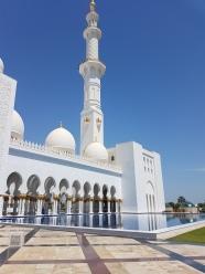 Moscheea Sheikh Zayed are 4 minarete inalte de 107 metri
