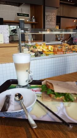 bio pe bune sendvis cu trei tipuri de branza si caffe latte la lactobar cluj