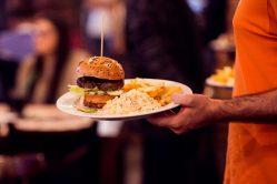 burger H cu salată Coleslaw si cartofi prajiti