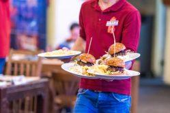 H Burger la Beraria H din carne de vită Black Angus, brânză brie și chiflă pufoasă unsă cu dulceață de ceapă, unde sa mananci un burger bun in Bucuresti