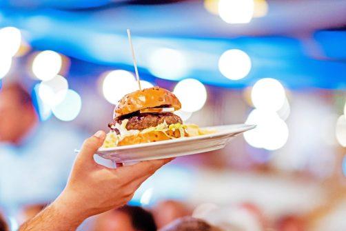 rețetă H Burger carne de vită Black Angus, brânză brie și chiflă pufoasă unsă cu dulceață de ceapă