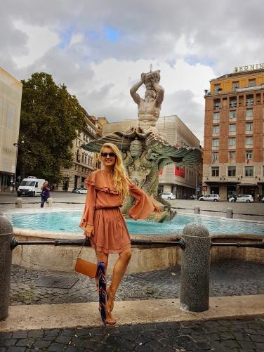 fontana di tritone una dintre cele mai frumoase fantani arteziene din roma