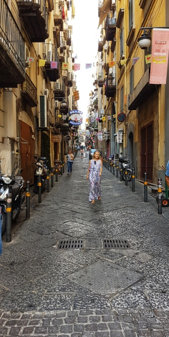 strazile inguste din Napoli