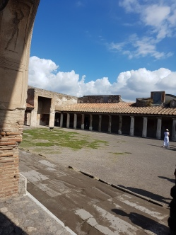 baile publice de la Pompei curtea unde era piscina destina exercitiilor fizice