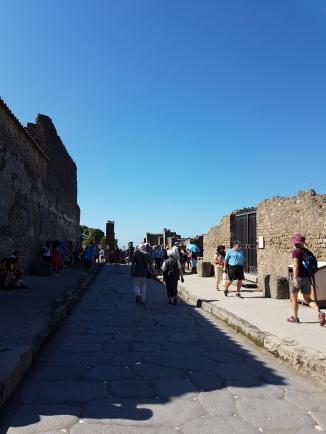 Pompei curiozitati sistemul de iluminat stradal pentru carele care veneau din port. Drumul era pavat din loc în loc cu pietricele albe pentru a reflecta lumina făcliilor prinse pe clădiri