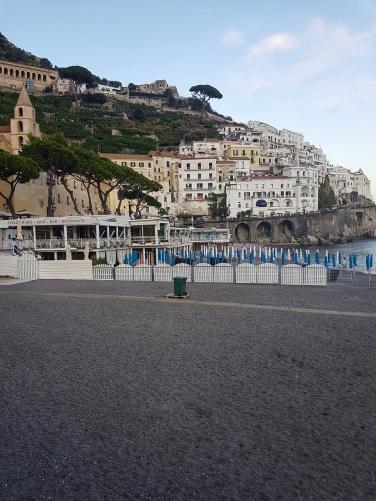 cea mai frumoasa plaja de pe Coasta Amalfiplaja Marina Grande cu nisip fin și intrarea lină în apă