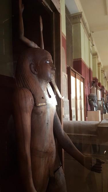 Cairo imagini Muzeul de Egiptologie statuia din lemn zeul Ka - zeul spiritului