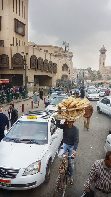 cum se transporta painea in Cairo