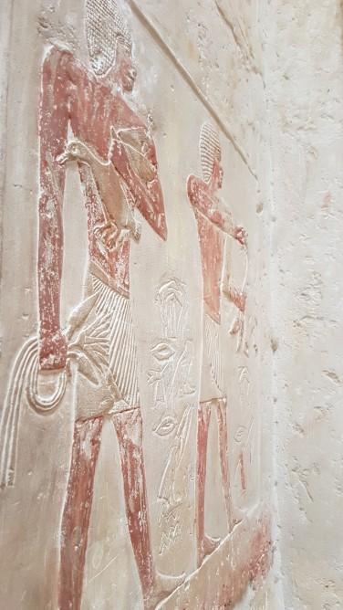 Mastaba prințesei Idut in Saqqara prima zona mortuara din Egipt - ofrande gaste si flori de lotus si papirus
