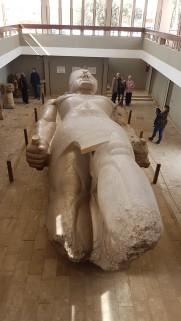 Memphis - obiective turistice, statuia lui Ramsses al II-lea, înaltă de 10 m și realizată din granit roșu