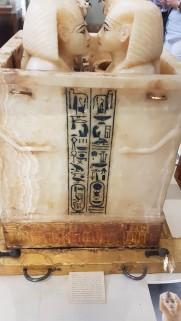 Recipientul din alabastru în care au fost depuse oragnele lui Tutankamon. Are 4 secțiuni care conțineau 4 mini sicrie din aur pentru fiecare organ al faronului. Fiecare secțiune e acoperită cu sculptura capului unei zeițe.