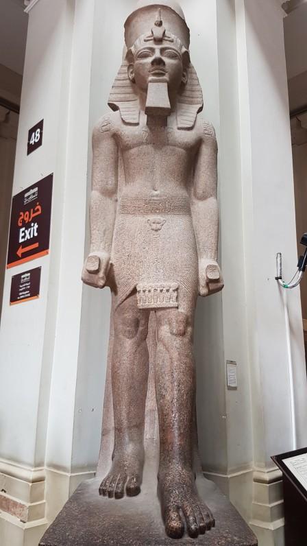 statuia lui Ramsses al IIlea la intrarea in Muzeul de Egiptologie din Cairo