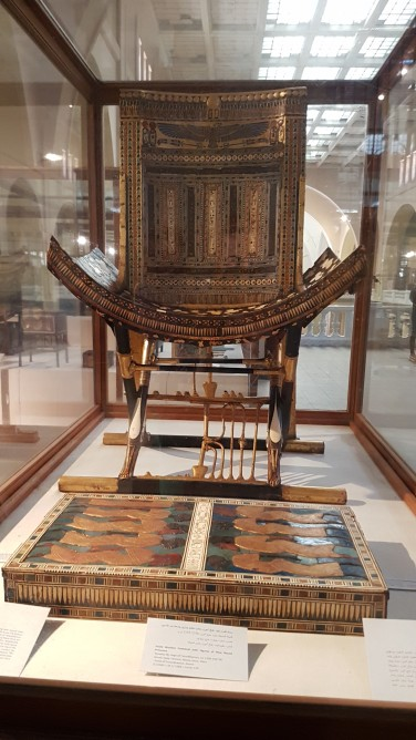 Tronul aurit al lui Tutankamon care este protejat de aripile zeiței Isis
