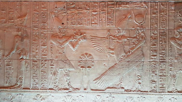 aripile zeitei Isis care il protejeaza pe faraon