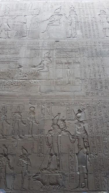 Horus care invinge raul simbolizat de zeul Seth-reprezentat ca un hipopotam