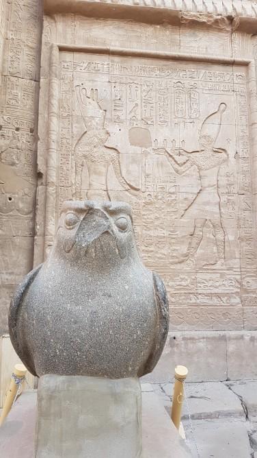 Horus primind ofrande de la faraon