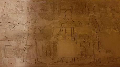 Horus si Hator primind ofrande