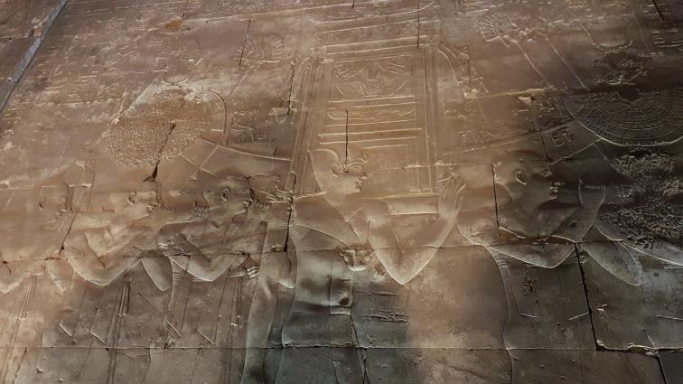 preotii care aduc sanctuarul zeitei Hator de la Dendera la Edfu
