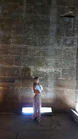 reprezentari ale zeului Horus primind ofrande