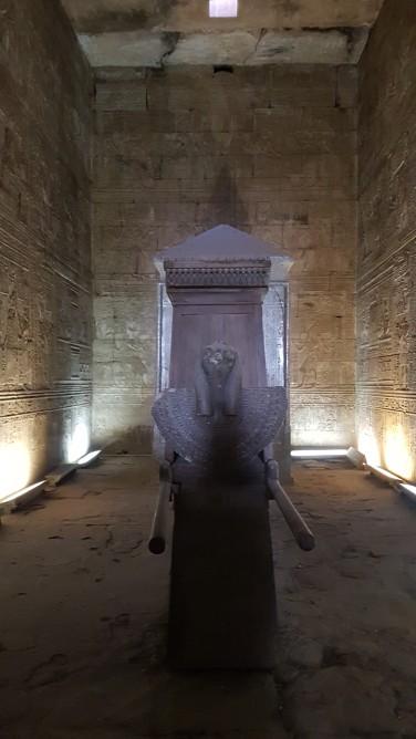 sanctuarul zeului Horus in templu de la Edfu