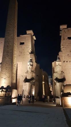 statuile lui Ramsess al IIlea si Obelixul la intrarea in templul din Luxor