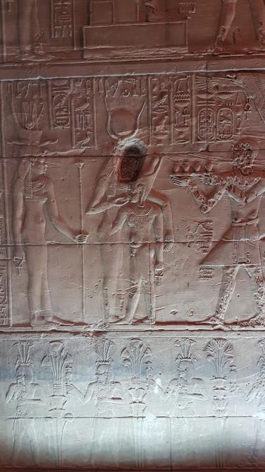 Isis hranindu-l la sanul ei pe faraon. Se propaga idee ca faraonii sunt descendentii zeitatilor pe pamant.