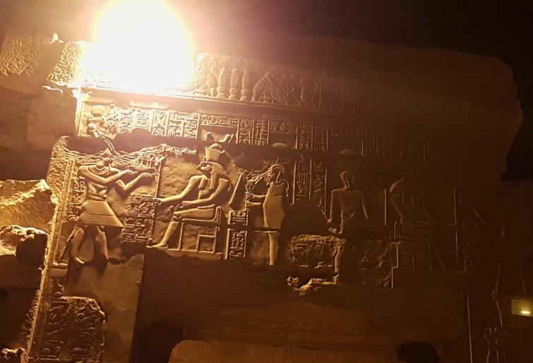 zeul Horus primind ofrande