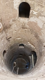 tunelul prin care se cobora mortul in catacombele Kom El Shoqafa din Alexandria