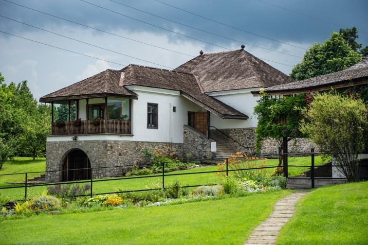 casa parohiala - case de poveste din Campina
