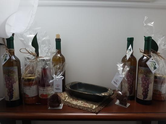 cadouri de la Cabana dintre Vii vin Reisling, zacusca de hribi, sirop de zemura si delicii de casa de la Gustul din Camara ta