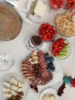mic dejun cu produse traditionale de la Sibiu la Cabana dintre Vii