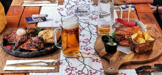unde se mananca bine in Sibiu la Cuptor cocoșel de munte cu usturoi negru și cartof copt si burgeri