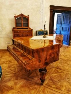 Castelul Bethlen Haller Jidvei are si un pian la care se poate canta