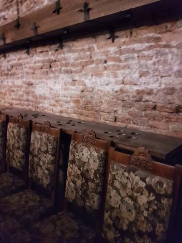 masa unde au loc degustarile de vin Jidvei la castelul Bethlen Haller