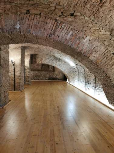 pivnita catelului Bethlen Haller recent renovata si unde au loc degustari de vin Jidvei