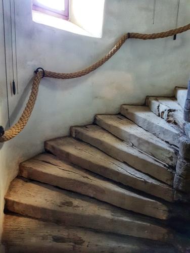scara cu trepte din lemn construita în anul 1560 de către contele Miklós Bethlen la Castelul Bethlen de la Cetatea de Balta