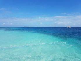 atractii turistice in Maldive apa turcoaz si bancurile de nisip