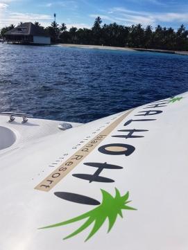 de la insula resort Fihalhoi pana unde se inoata cu rechinii se merge cu barca de viteza