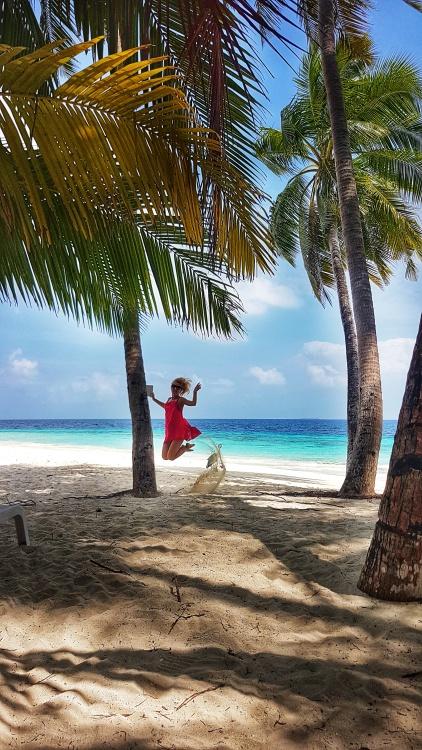 cea mai frumoasa plaja din Fihalhohi Island Resort cu plaja intinsa cu nisip alb, plamieri si apa turcoaz