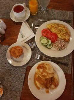 mic dejun sanatos la Fihalhohi Island Resort cu pancakes muffins omleta ceai negru si suc natural de mango